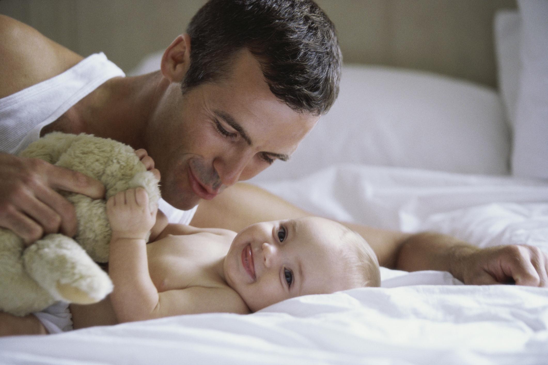 Tips untuk Ibu Baru: Cara Membantu Suami Anda Terikat dengan Bayi Anda Yang Baru Lahir