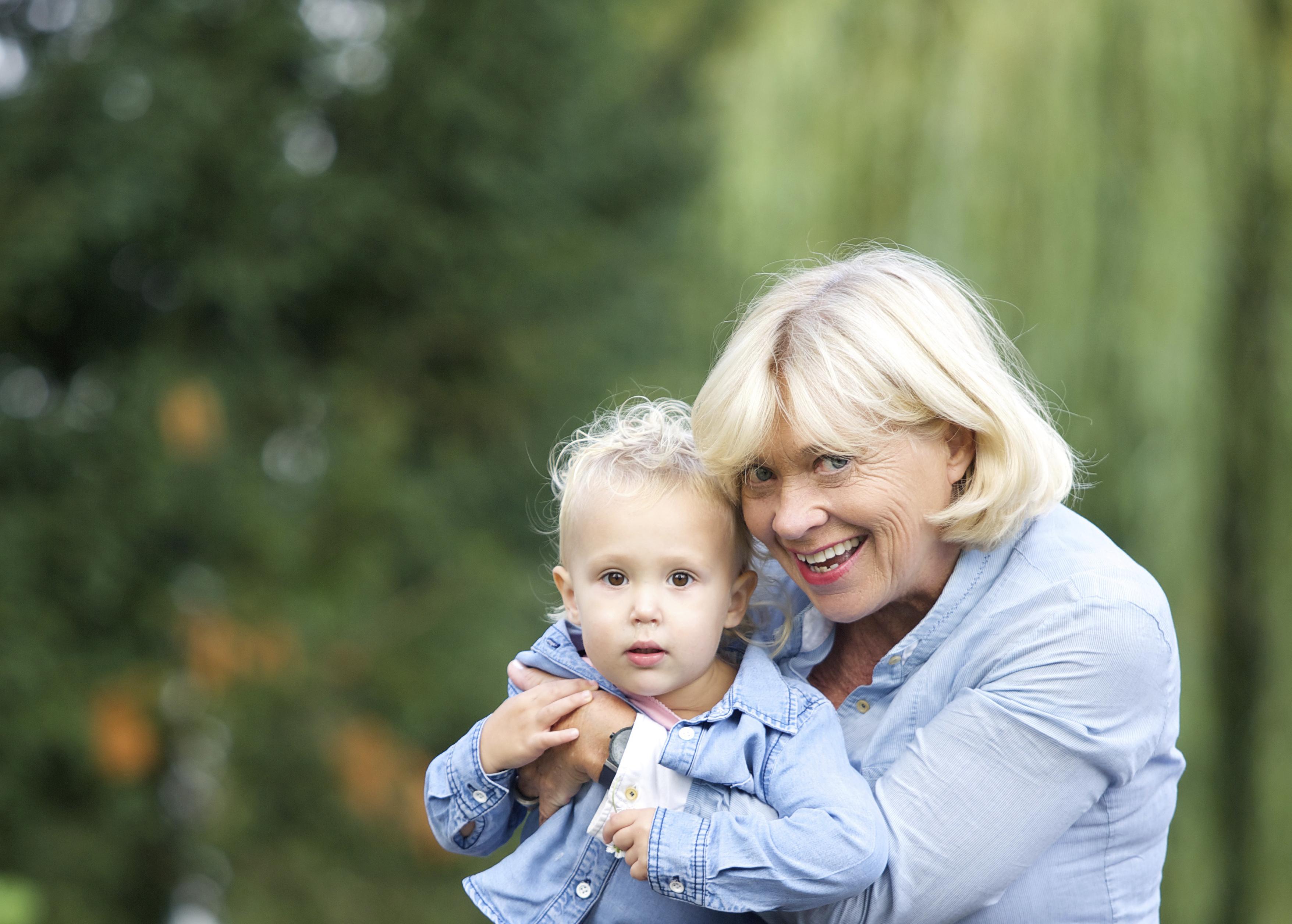 5 Cara Melibatkan Kakek dan Nenek dalam Kehidupan Anak Anda