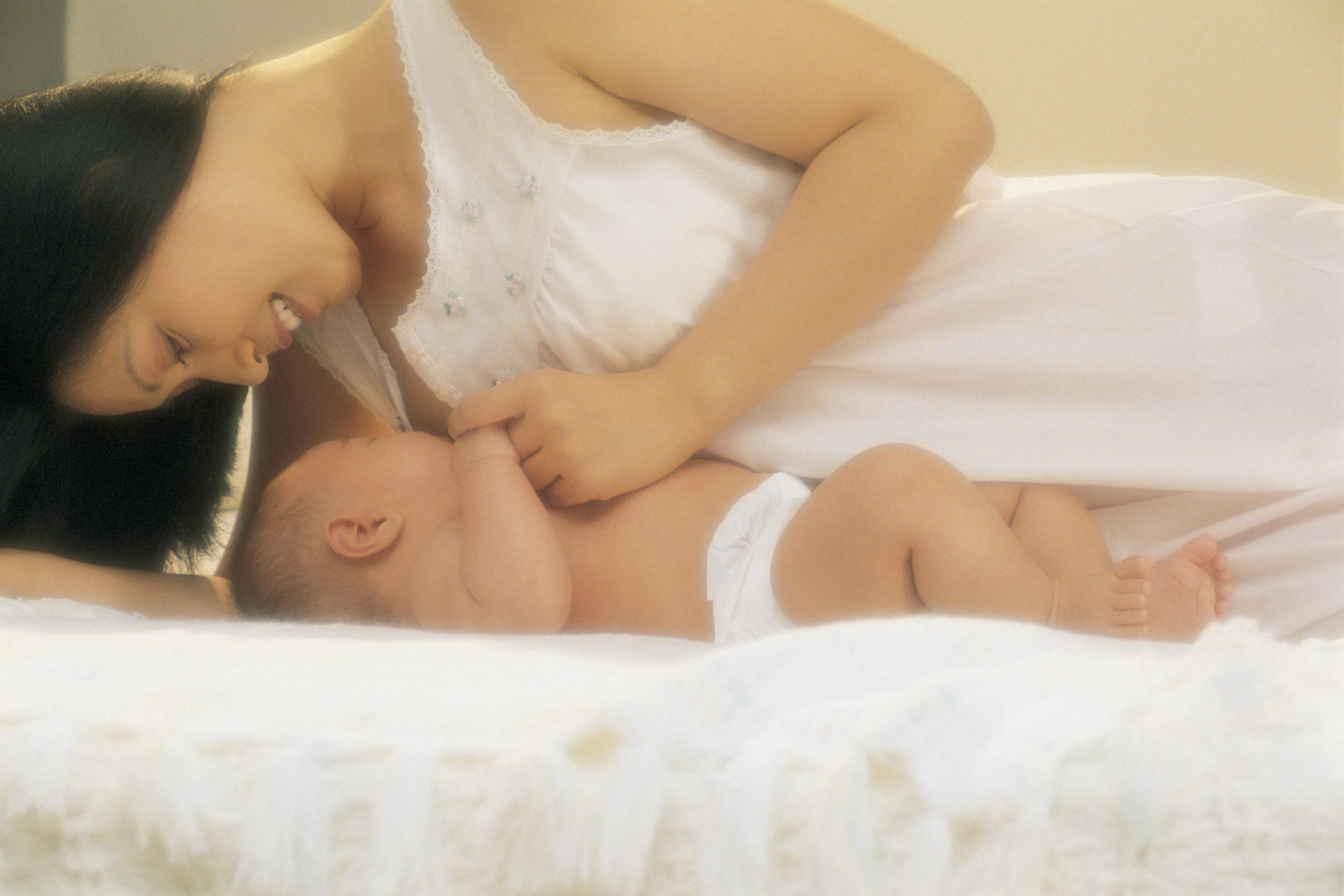 Posisi Menyusui yang Bekerja Untuk Ibu Dan BayiBreastfeeding Positions That Work for Mom and Baby